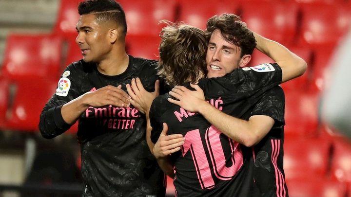 1-4. El Real Madrid gana en Granada y sigue a la caza del Atlético