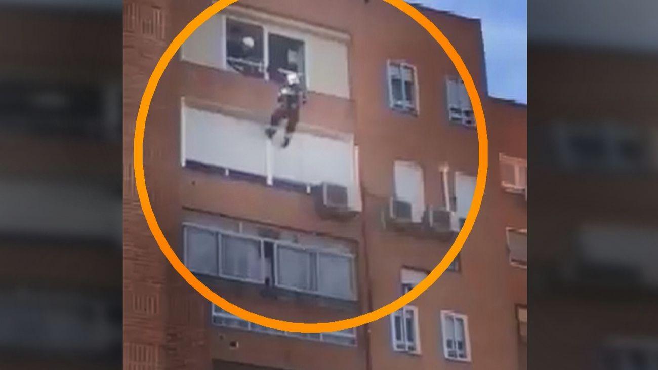 Así han rescatado los bomberos a una mujer mayor en Fuenlabrada