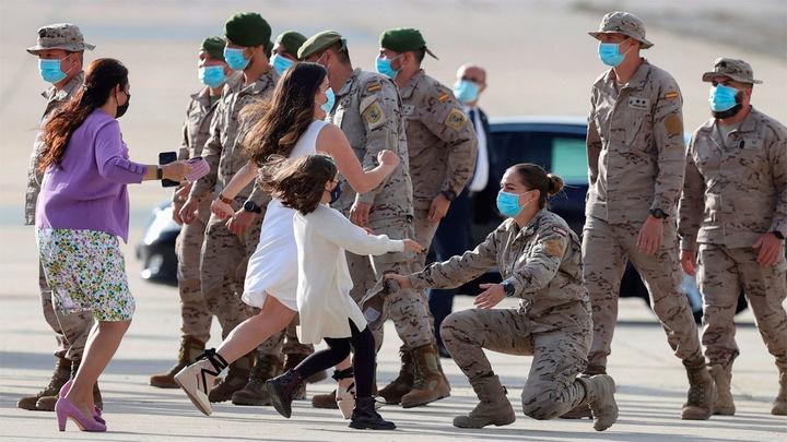 """""""Misión cumplida"""", el rey recibe en Torrejón a los últimos militares de Afganistán"""