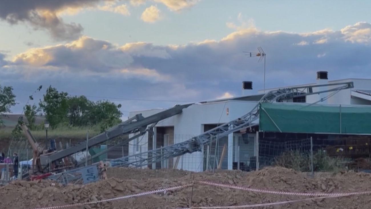 Una grúa de obra de 12 metros cae sobre la cubierta de un chalet en Daganzo sin provocar heridos