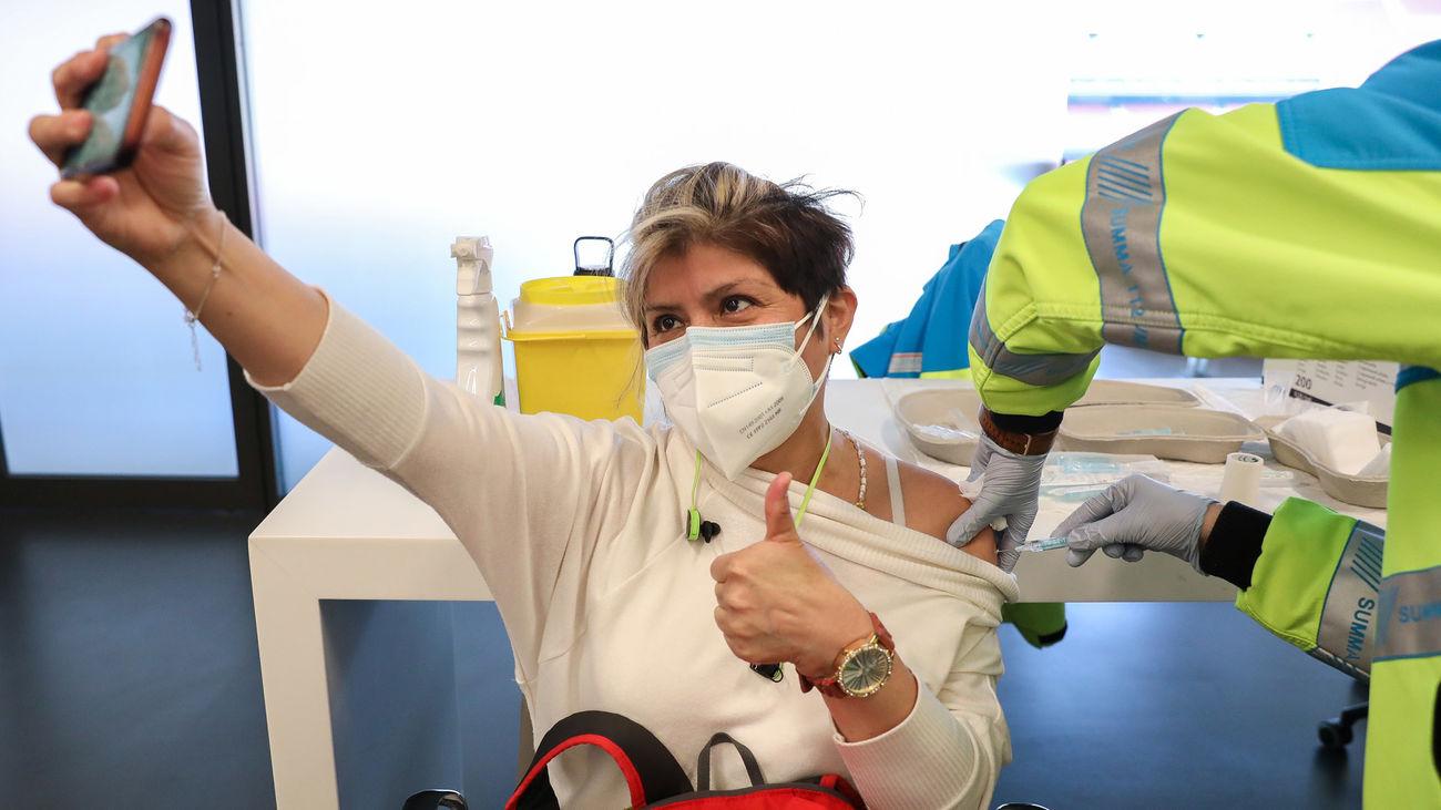 Una mujer recibe la primera dosis de la vacuna de AstraZeneca contra la COVID-19 en el estadio Wanda Metropolitano