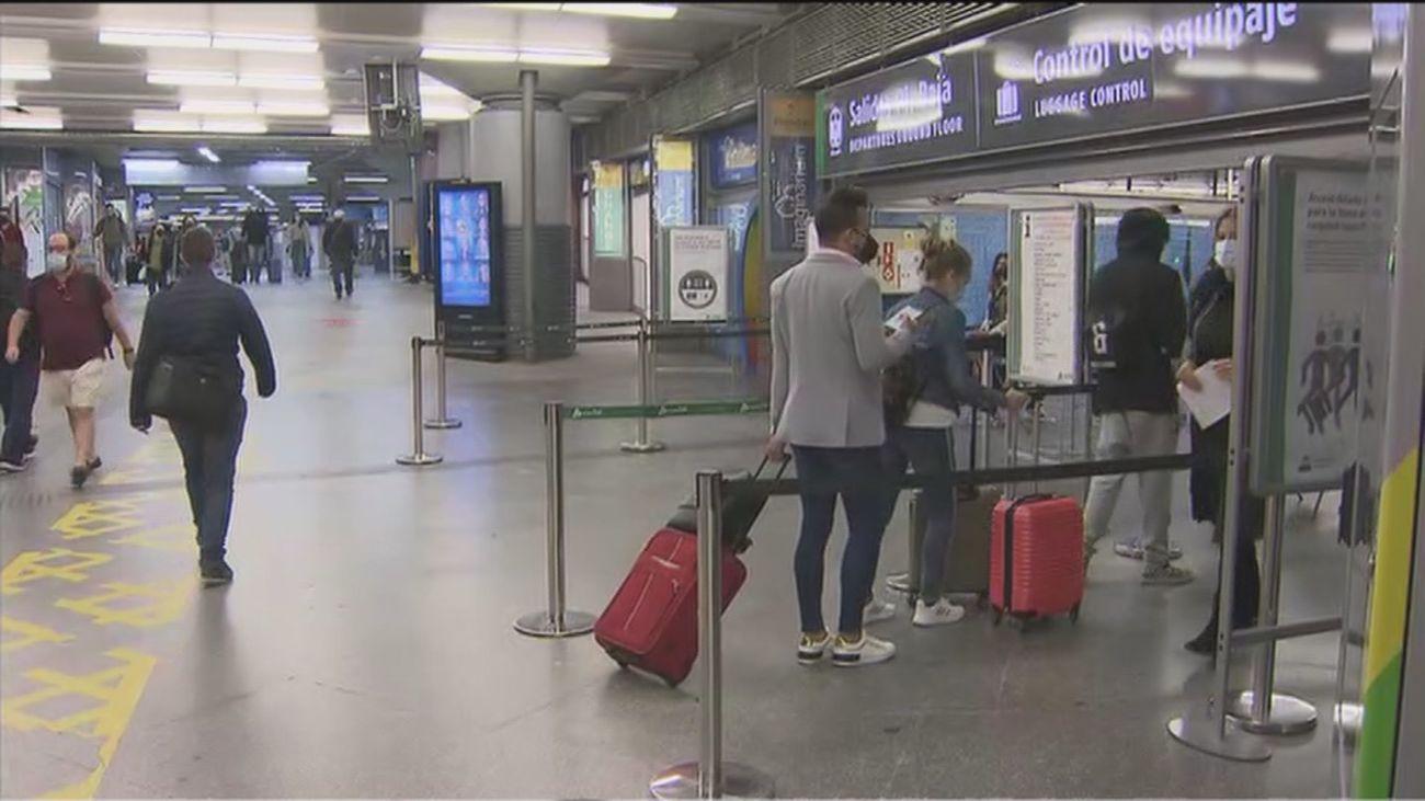 Afluencia de viajeros en Atocha en el primer fin de semana sin estado de alarma
