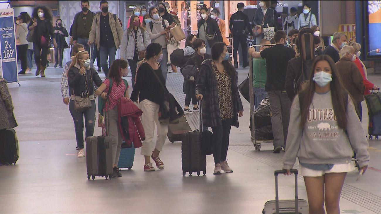 """Continúa el tránsito de maletas en Atocha: """"Hace un año que no veo a mis hermanas"""""""
