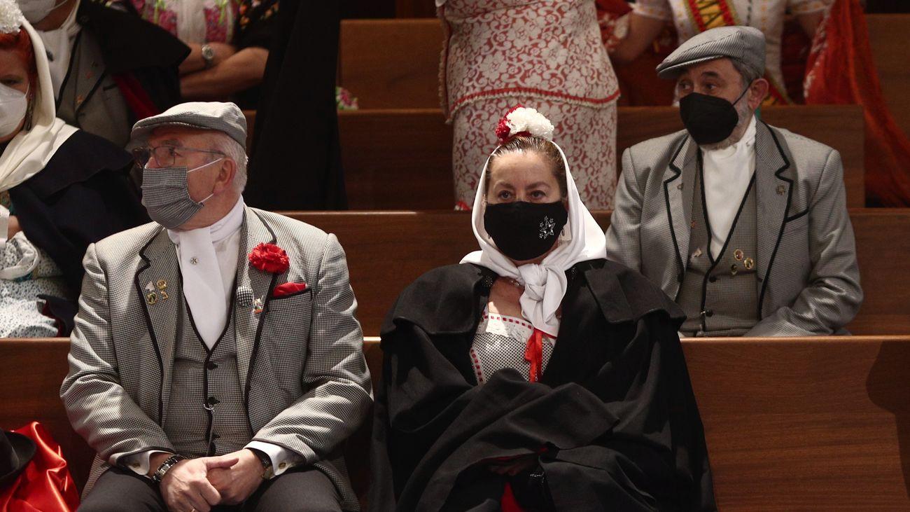 Chulapos y chulapas durante un acto religioso