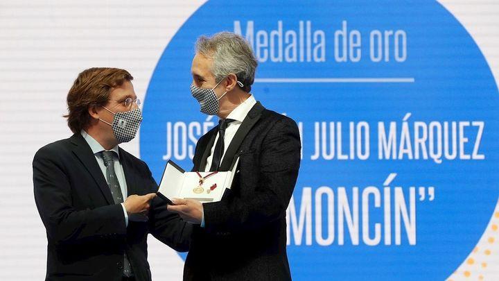 """Ramoncín destaca al recoger su medalla  que """"el barrio es la patria y Madrid el universo"""""""