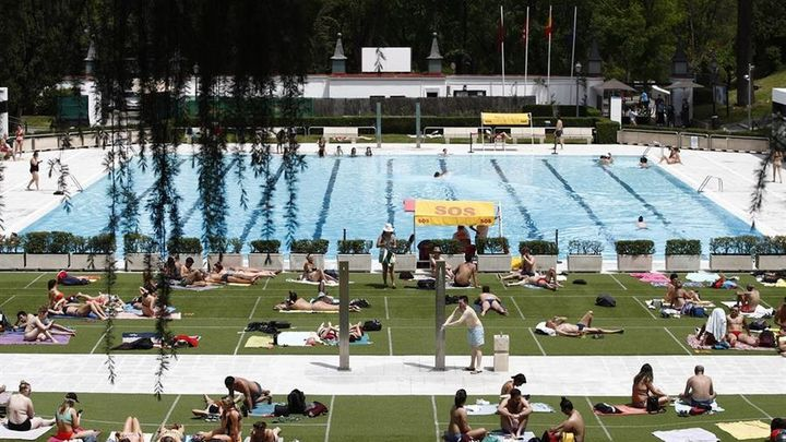 Primer día de piscinas municipales en la capital con turnos, aforos y desinfección