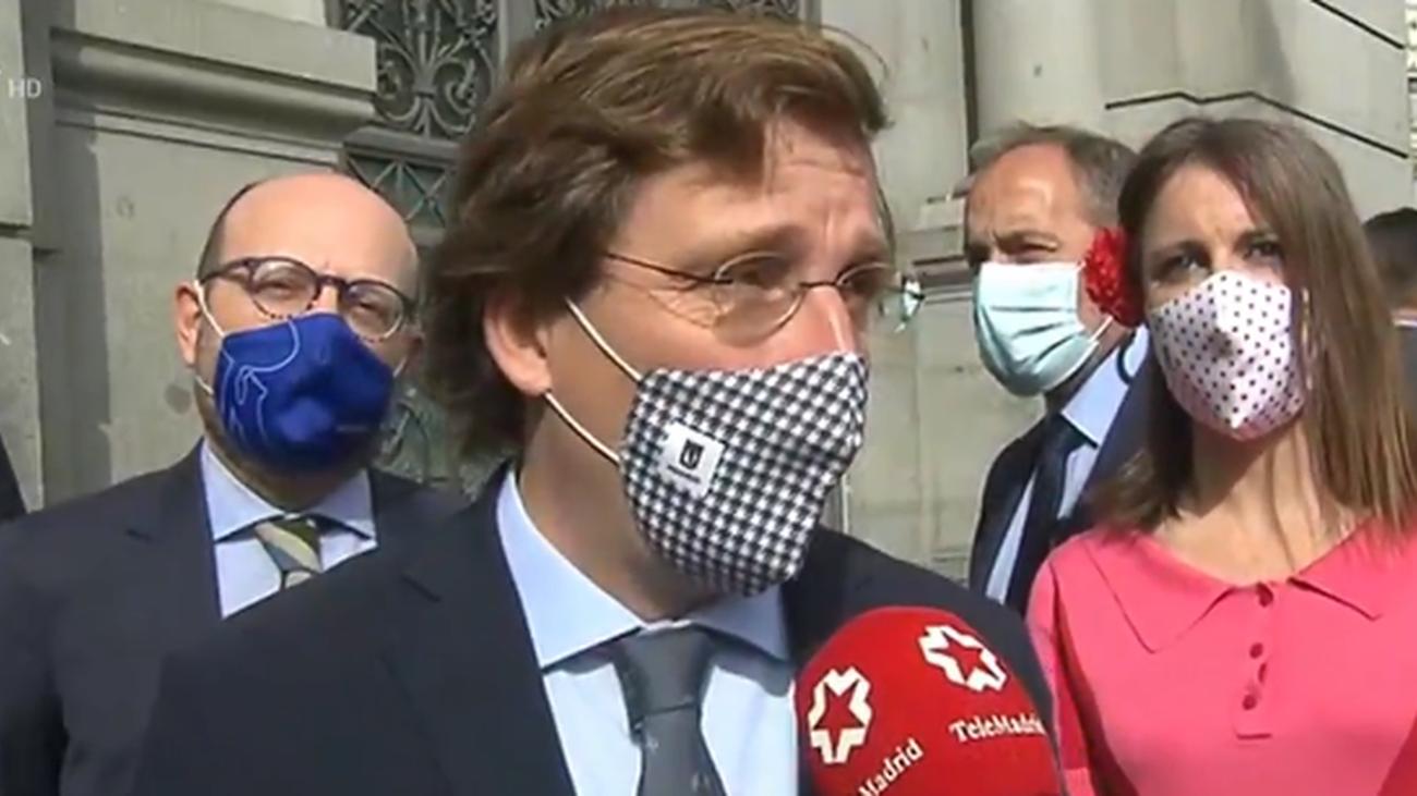 El alcalde de Madrid atiende a los medios tras el encendido del pebetero de Cibelss