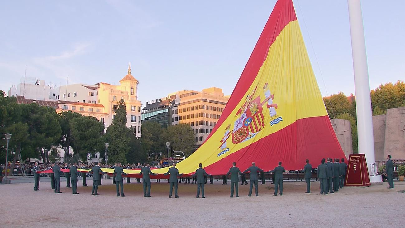 Efectivos de la Guardia Civil rinden honores en la Plaza de Colón