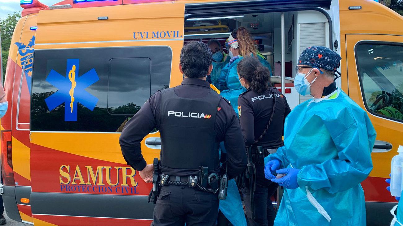 Agentes de policía y miembros del servicio de emergencias en el lugar del accidente