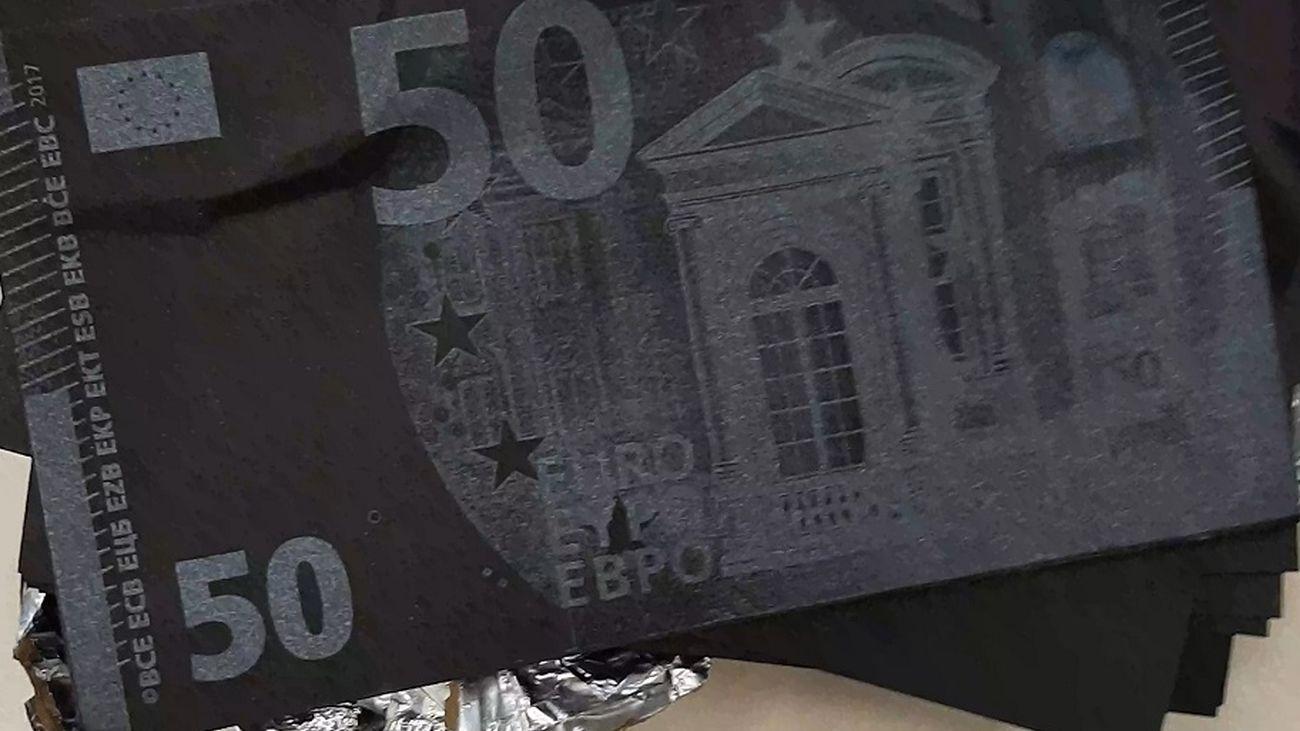 Detenidos en Madrid por intentar estafar 5.000 euros con el timo de los billetes tintados