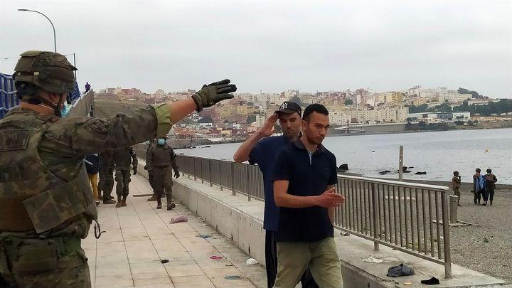 España moviliza al Ejército en Ceuta tras la entrada de miles de  marroquíes