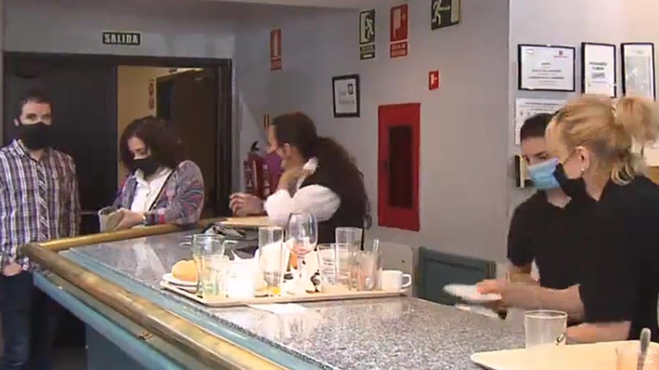 Fitur llena las cajas de bares y restaurantes de la zona, pero los dueños lo ven con cautela
