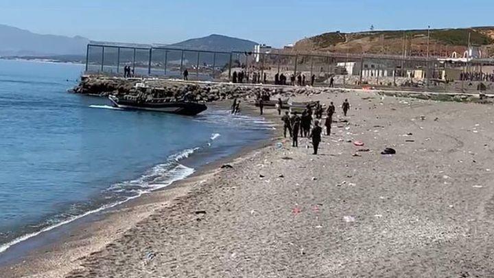 Una lancha de la Guardia Civil intercepta a inmigrantes que tratan de llegar a Ceuta