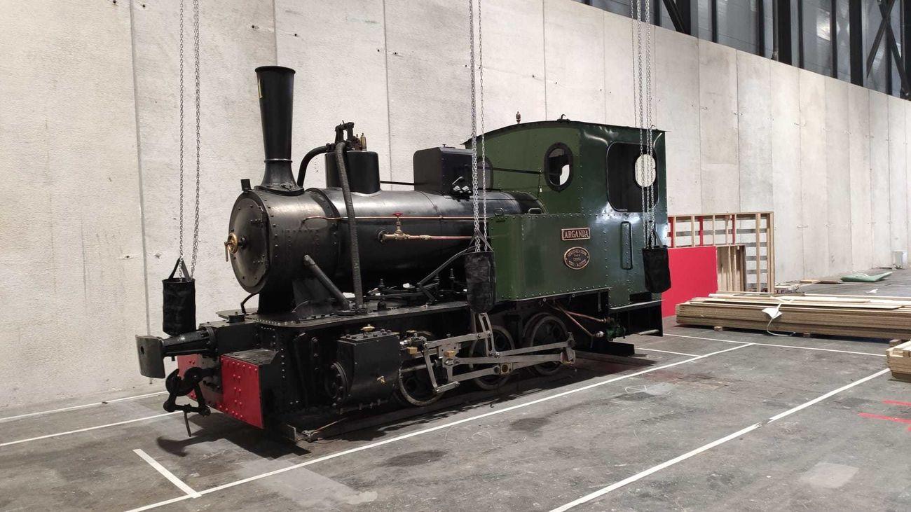 La locomotora 'Arganda' descargada en el pabellón de Fitur