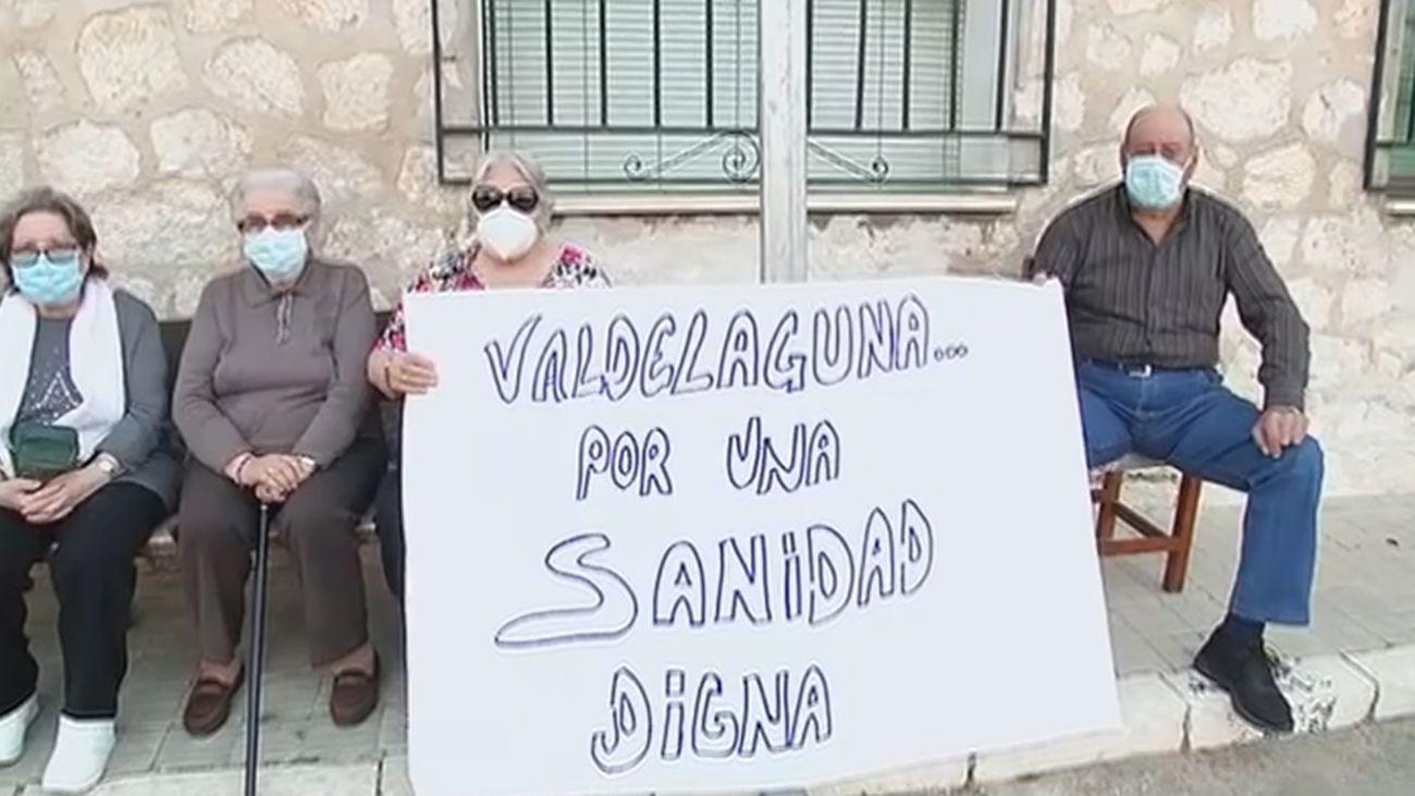 Valdelaguna sale a la calle para pedir que abran el consultorio médico