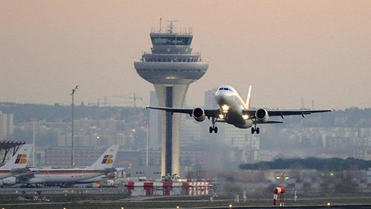 Un avión despega de las pistas del aeropuerto de Barajas