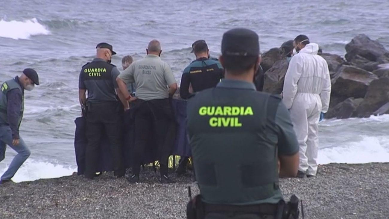 Los agentes de la Guardia Civil, tras rescatar el cuerpo de la persona ahogada