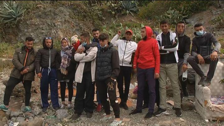 Sin comida y rodeados de piedras, así es el acantilado donde vive un grupo de inmigrantes en Ceuta