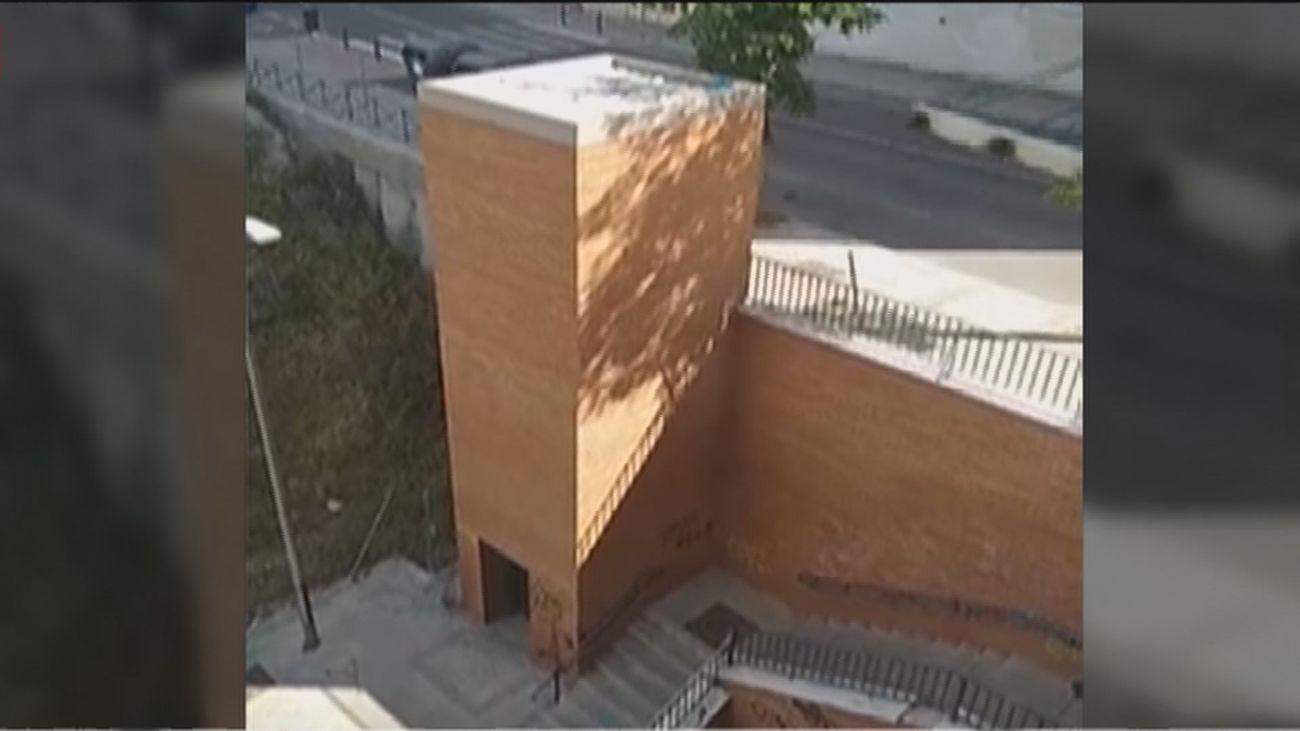 """Vecinos de Tetuán denuncian que el ascensor lleva cuatro años sin funcionar: """"¿Por qué lo hicieron con nuestros impuestos?"""""""