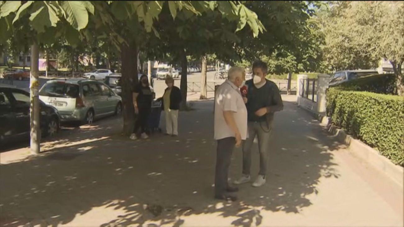 Un vecino de la calle de la Maestra Justa Freire tira sus cacas a la calle en bolsas