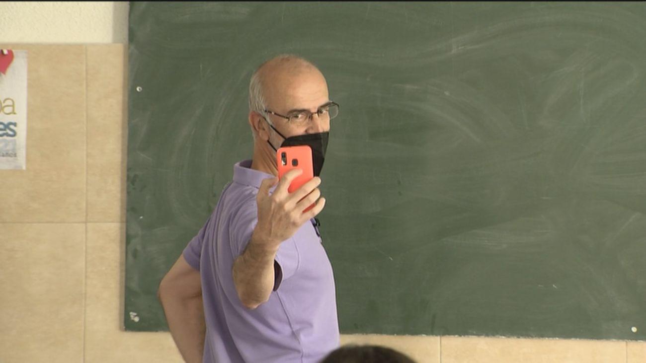Nos colamos en una clase del profesor de filosofía que triunfa en TikTok dando clases en pijama y bailando