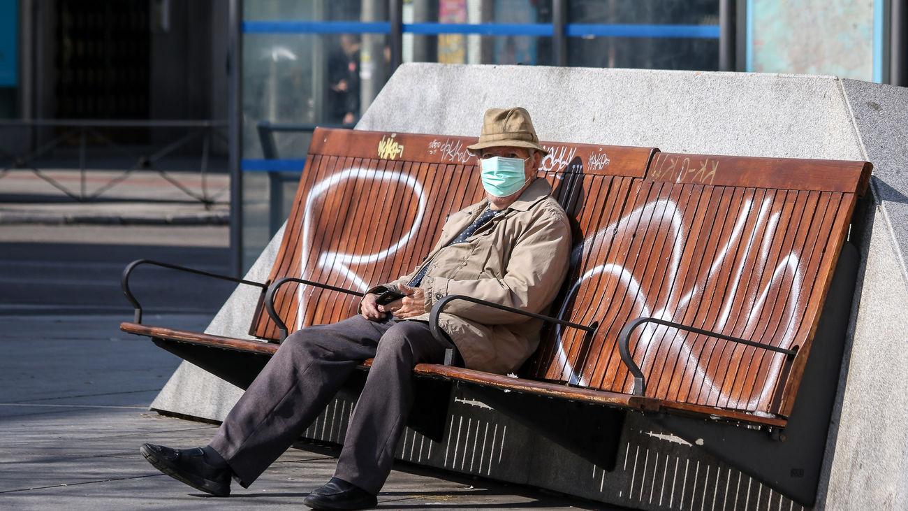 Hombre sentado solo en un banco
