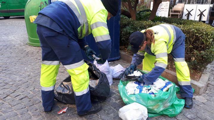 Un operario de limpieza encuentra 9.000 euros en una bolsa de basura en Granada
