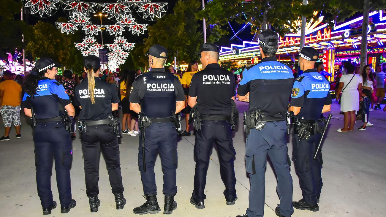 Policías de Torrejón de Ardoz patrullan durante las últimas fiestas populares de 2019