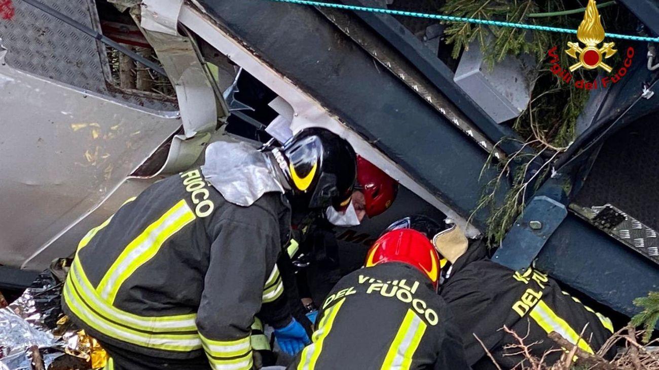 Bomberos buscan supervivientes en el teleférico accidentado en Italia