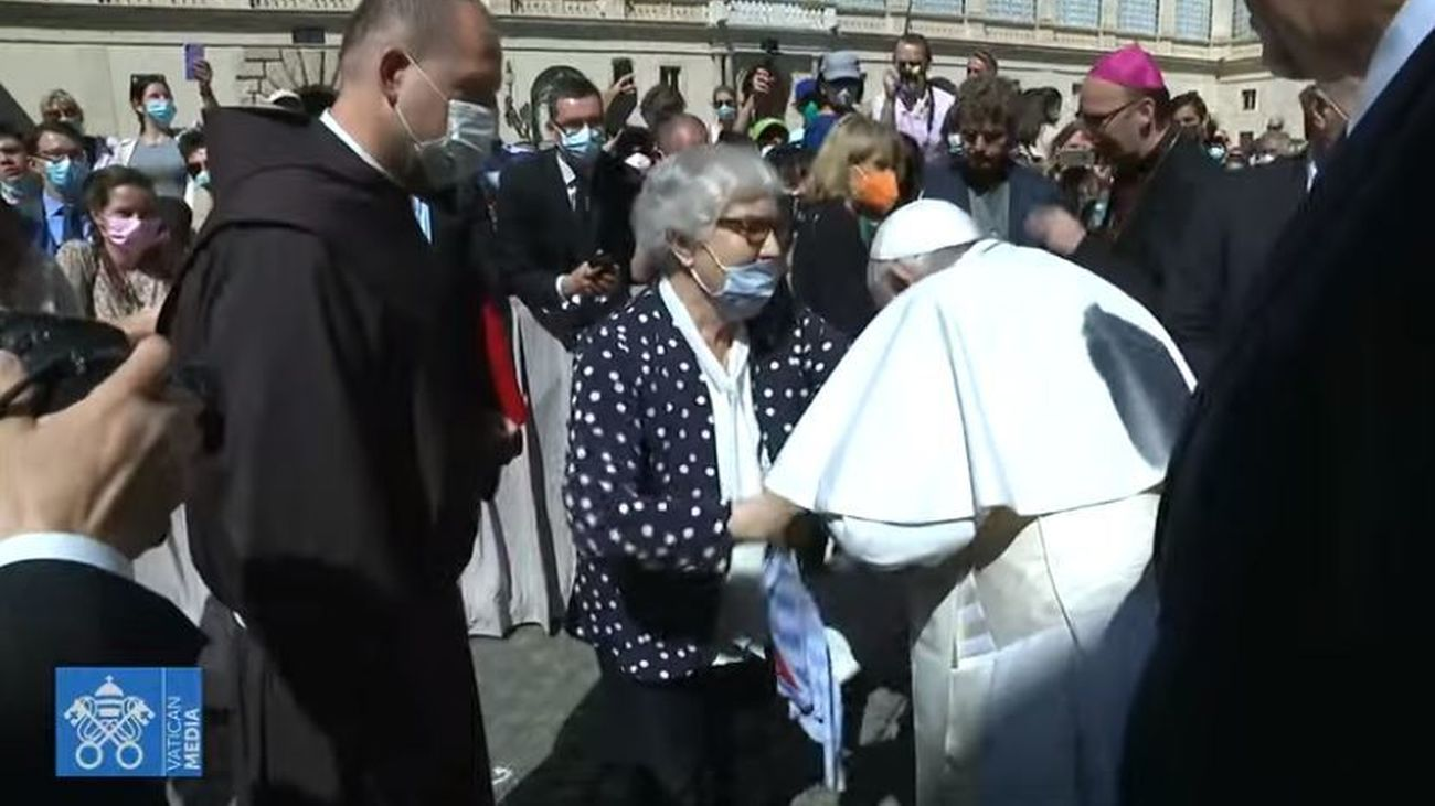 Momento en el que el papa besa el antebrazo de una  superviviente de los campos de concentración nazis