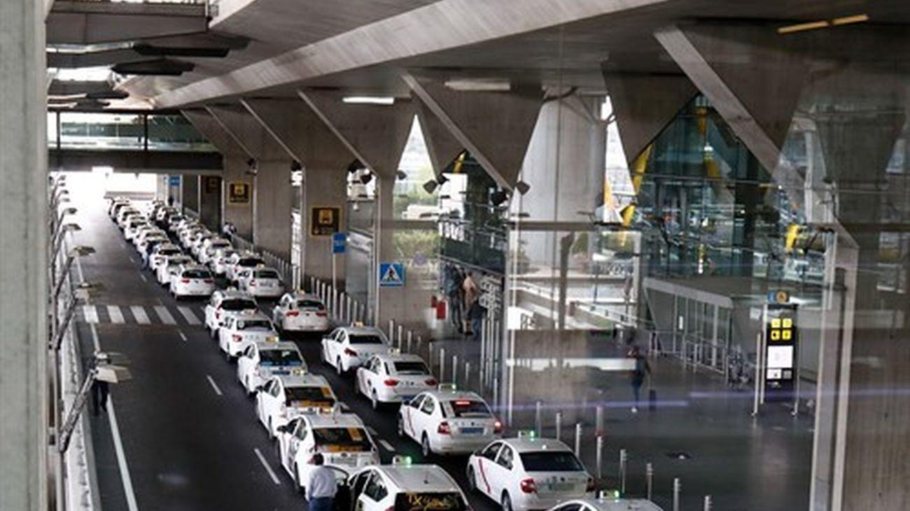 Fila de taxis a la salida de la T4 del aeropuerto Adolfo Suárez Madrid-Barajas