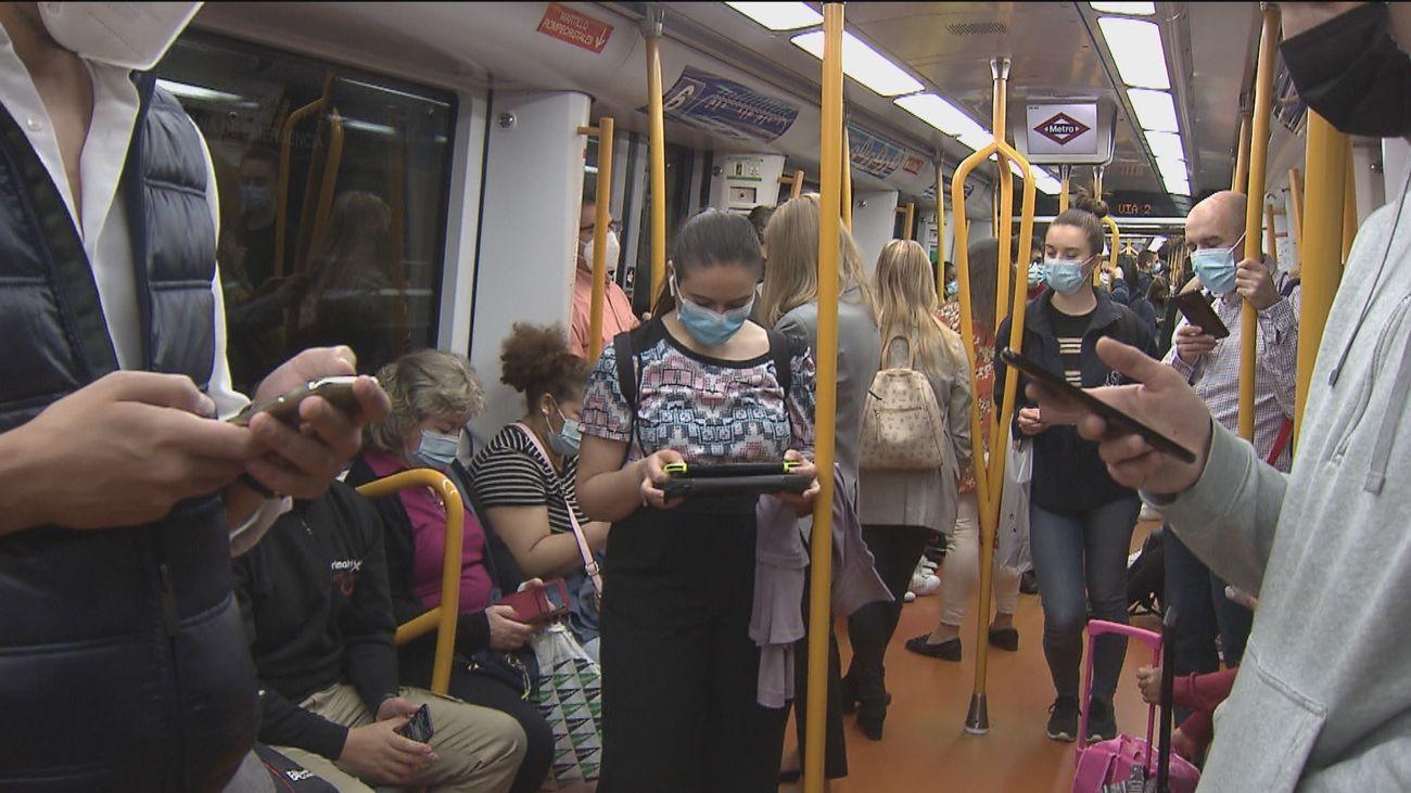 La relajación del teletrabajo trae más viajeros en el transporte público de Madrid y más atascos