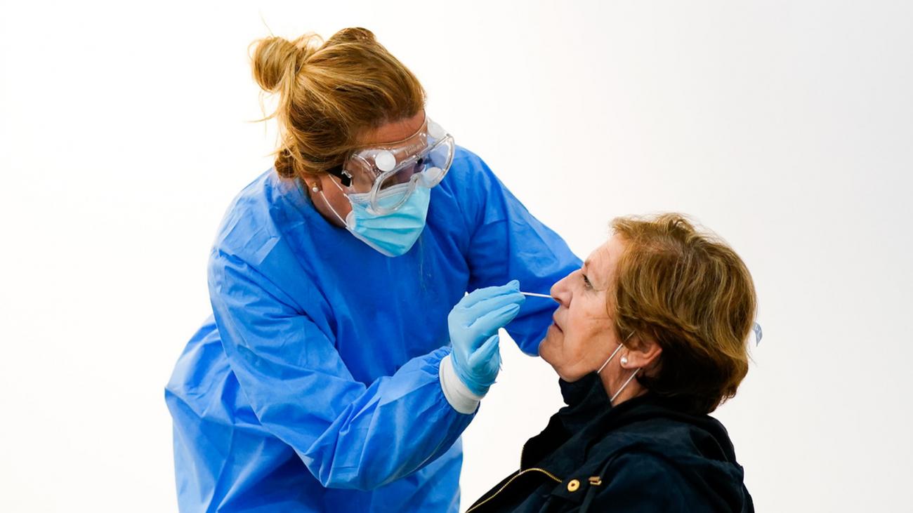 Toma de muestra nasal para la realización de un test de antígenos