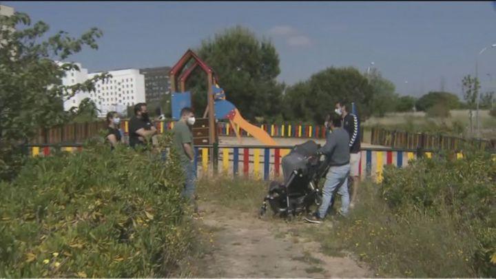 Denuncian el abandono de un parque en Butarque, en Villaverde, con hierbajos hasta en los bancos
