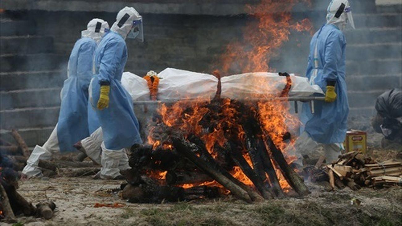 Cremación de un fallecido por Covid en Nepal