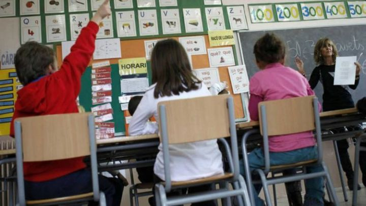 Himno y bandera de España en las aulas de Murcia