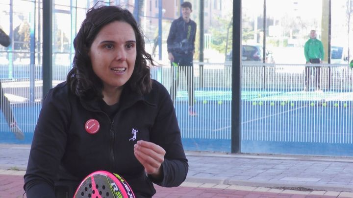 Patricia García dirige una escuela de pádel adaptado en Colmenar Viejo