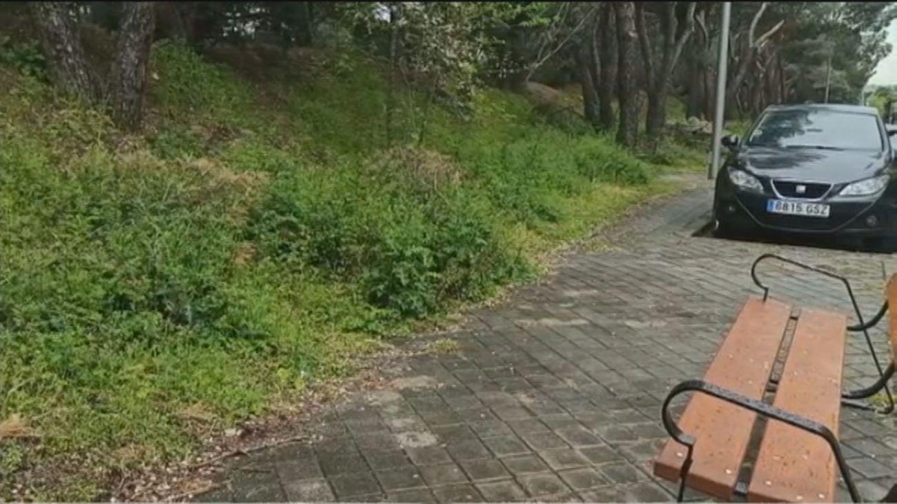 """Mayores del Parque Aravaca no tienen donde sentarse: """"Cuidamos a los niños de cara a la pared"""""""