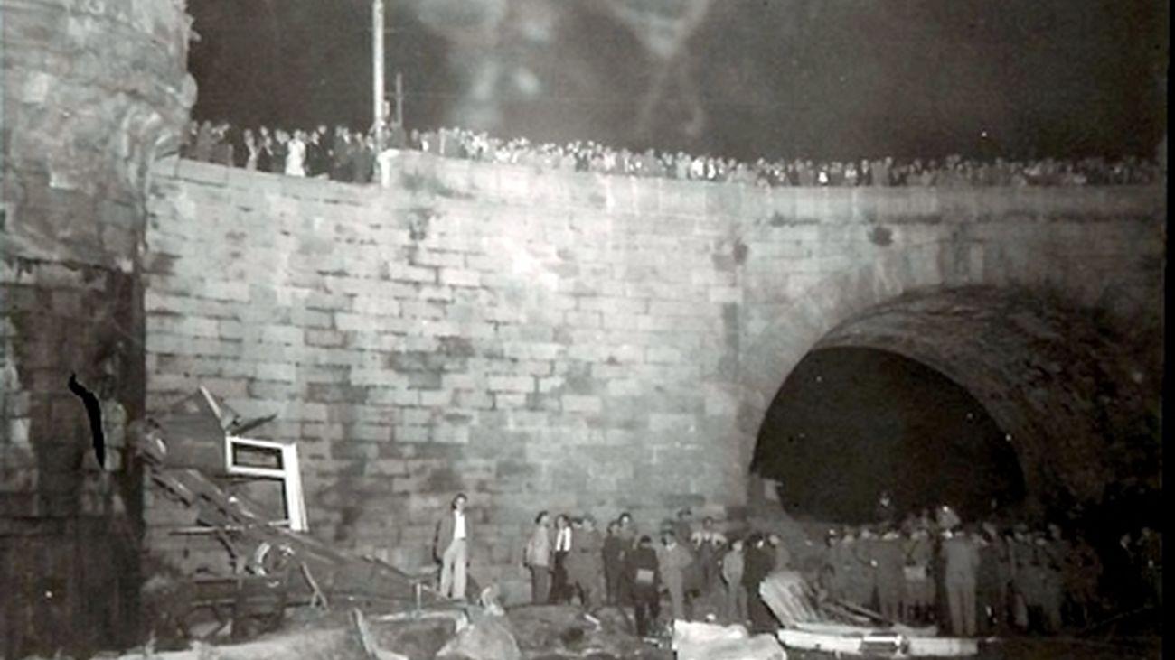 Restos del tranvía accidentado junto al Puente de Toledo
