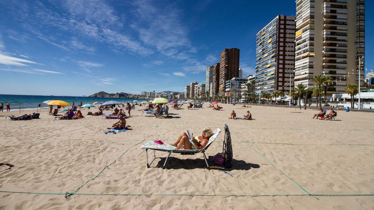 Bañistas toman el sol en la Playa de Levante de Benidorm durante el Día Mundial del Turismo 2020