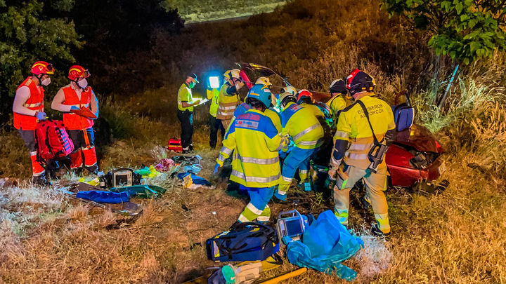 Cinco heridos tras la caída de un turismo por un terraplén en el enlace de la M-40 con A-5