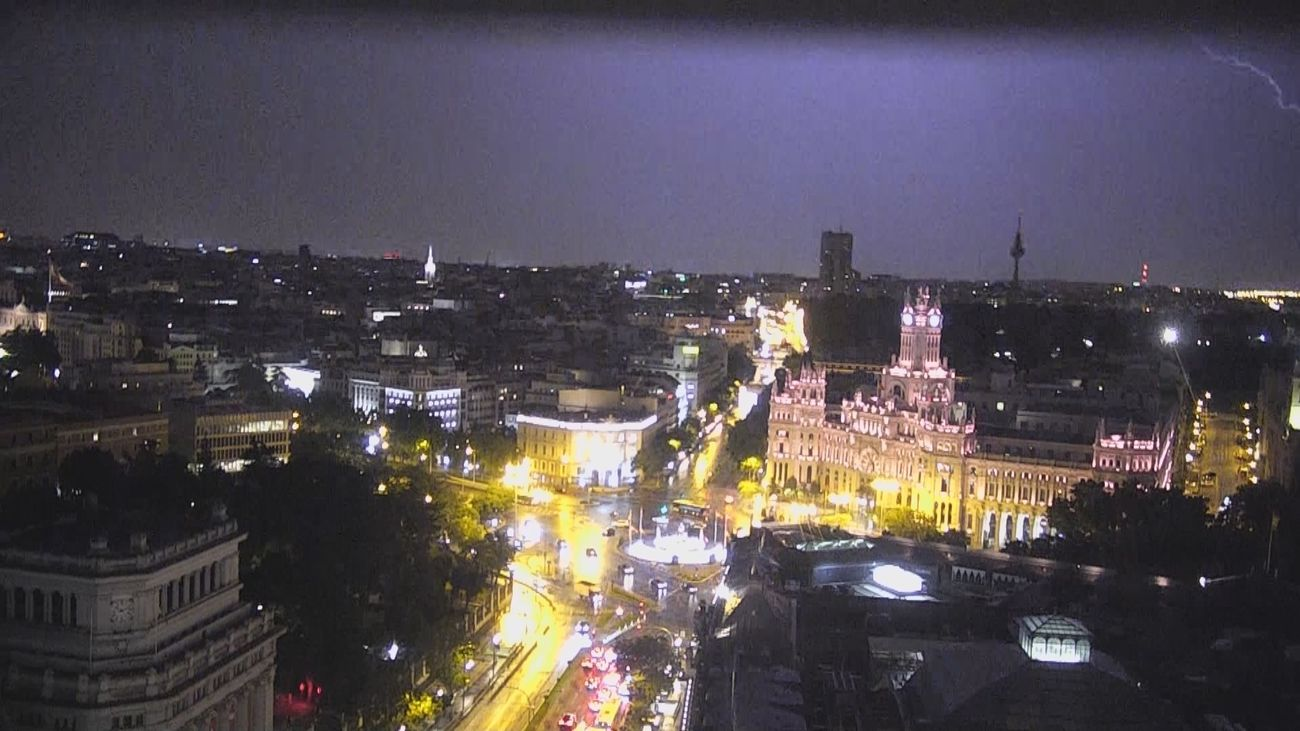 Una espectacular tormenta eléctrica descarga sobre Madrid