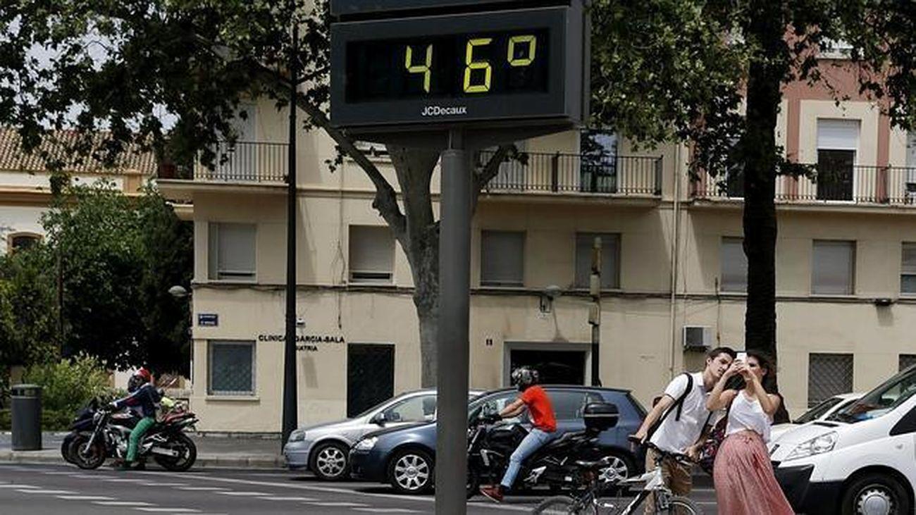 Termómetro exterior en una calle durante una ola de calor