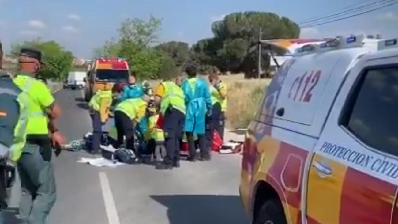 Sanitarios del Samur-Protección Civil tratan de reanimar al motorista tras el accidente