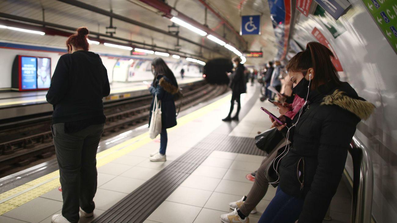 Viajeros esperando al metro