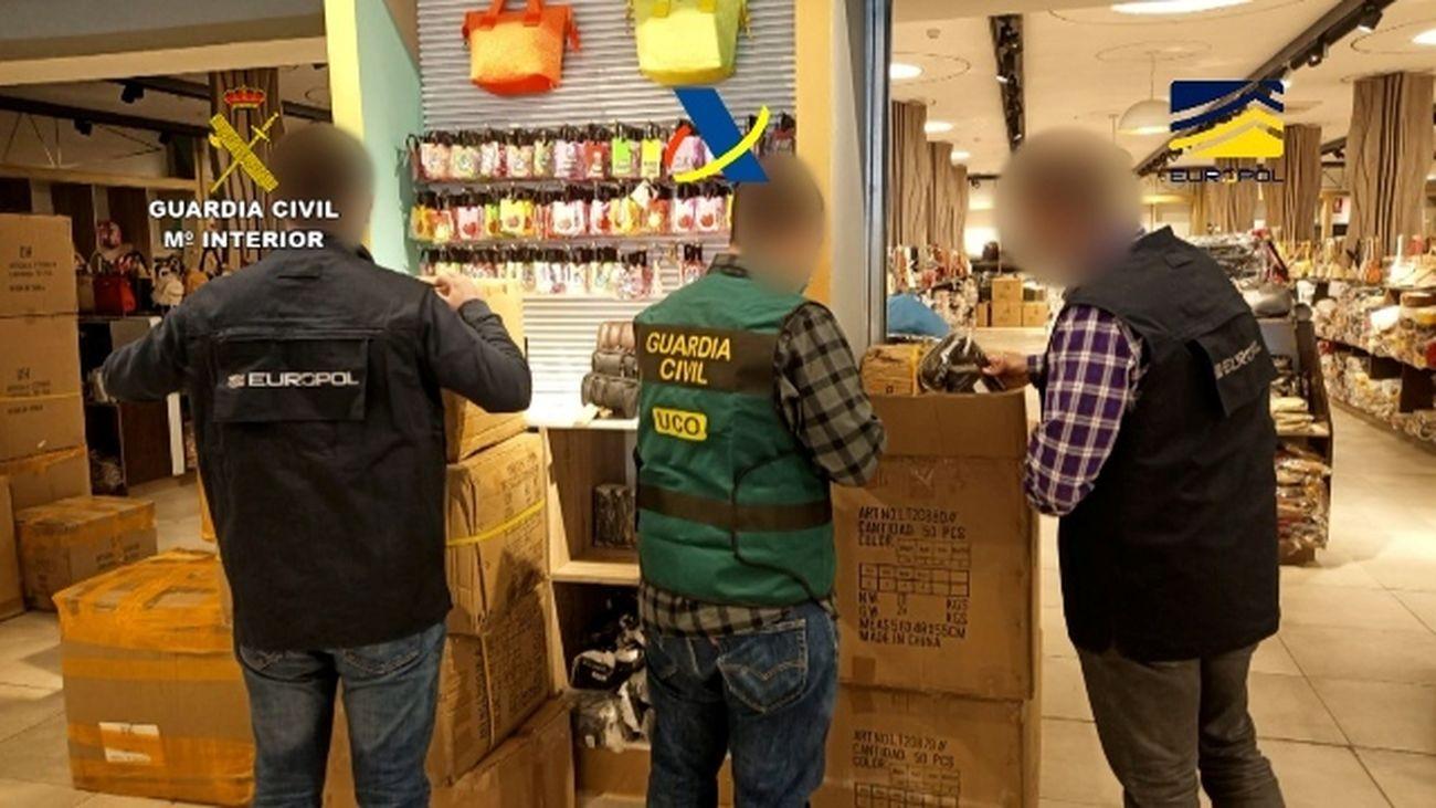 Miembros de la Guardia Civil y de Europol durante el registro en un bazar