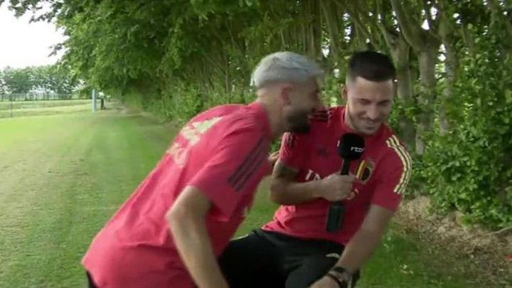 """Carrasco asalta una entrevista a Hazard al grito de """"campeones"""""""