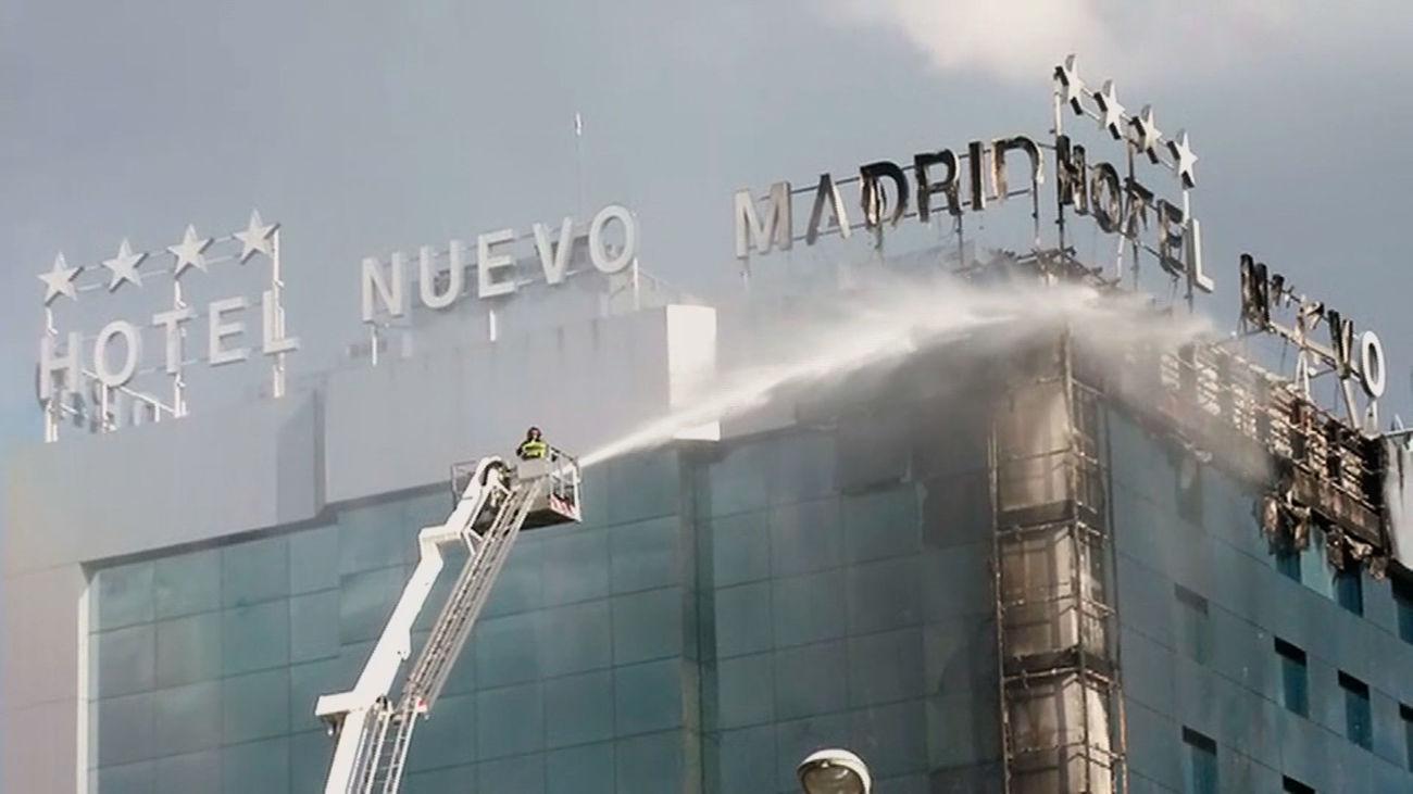 Bomberos de Madrid sofocando el incendio del hotel Nuevo Madrid
