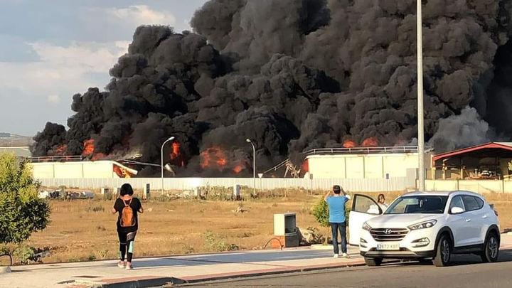Controlado el incendio de una nave en Yuncos (Toledo), cuya columna de humo era visible en el sur de Madrid