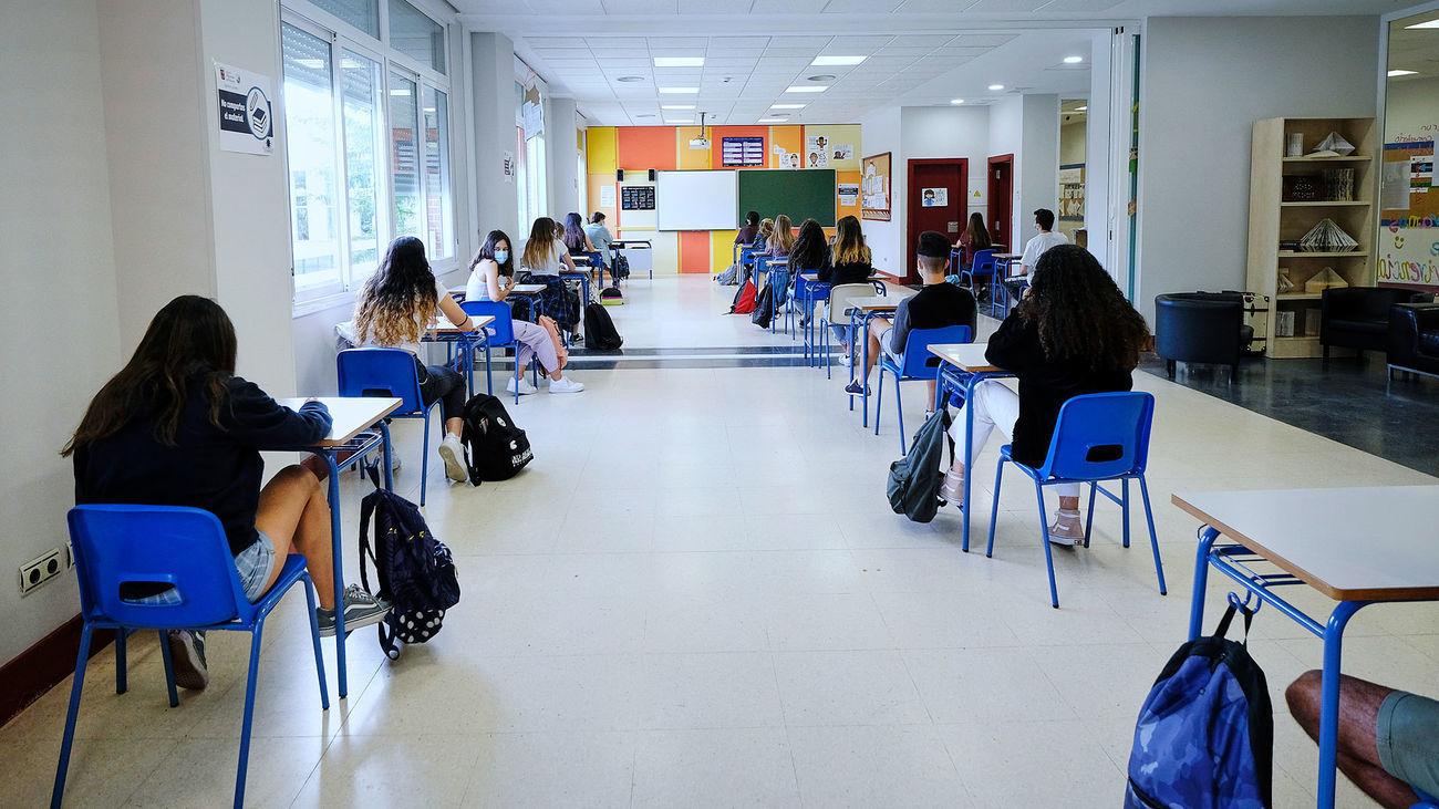 Interior de un aula con separación de los alumnos a causa de la pandemia